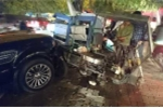 Xe Range Rover gây tai nạn liên hoàn, đâm vào gốc cây
