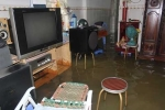 Cống ngăn triều bị vật cản, nhiều nơi ở Sài Gòn lại ngập nặng
