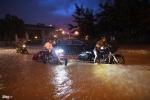 Mô tô phân khối lớn, ô tô chết máy la liệt trong mưa ngập ở Hà Nội