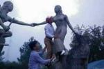 Cán bộ huyện 'sàm sỡ' tượng nàng Biang trong lúc đi du lịch