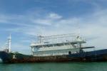 Cận cảnh con 'tàu ma' được lai dắt vào Bình Thuận