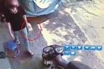 Video: Lợi dụng cụ bà già yếu, kẻ trộm ngang nhiên vào nhà lấy hộp đựng tiền