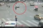 Thót tim khoảnh khắc cảnh sát Trung Quốc lao mình cứu em nhỏ trước mũi ô tô