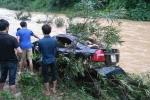 Ô tô chết máy giữa đập tràn, kế toán trường học bị lũ cuốn trôi