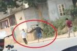 Lại xuất hiện cảnh người nhà cuốn chiếu, khiêng xác bệnh nhân giữa đường