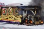 Chở người chết đi hỏa táng, xe tang bốc cháy ngùn ngụt trên quốc lộ