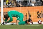 Thủ môn mắc lỗi ngớ ngẩn, Brazil may mắn thoát thua