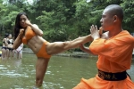 Người đẹp diện bikini luyện võ công Thiếu Lâm