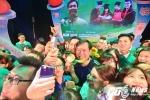 Thủ khoa sinh viên vây kín, chụp ảnh 'tự sướng' cùng xạ thủ Hoàng Xuân Vinh