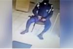 Loay hoay nghịch súng, nam cảnh sát tự bắn vào chân mình