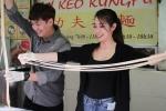 Cặp đôi Ngô Kiến Huy, Khổng Tú Quỳnh trổ tài kéo mì Kungfu