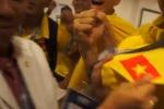 HLV Hoàng Anh Tuấn hôn quốc kỳ, U19 Việt Nam nghẹn ngào cảm ơn người hâm mộ