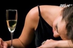Ống hút thông minh của 3 cô gái trẻ phát hiện chất kích dục, thuốc mê trong cốc nước