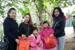 Thiếu nữ Hà thành mang Tết ấm cho dân nghèo bãi giữa sông Hồng