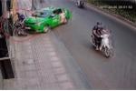 Tài xế taxi phi xe lên vỉa hè, hạ gục tên cướp đang chạy trốn