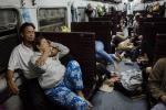 Ảnh: Xã hội thu nhỏ trên chuyến tàu đêm Bắc - Nam