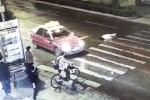 Đám đông thờ ơ nhìn cô gái bị ô tô đâm nhiều lần trên phố gây phẫn nộ