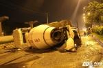 Xe bồn nổ lốp nằm 'phơi bụng' giữa đường Sài Gòn