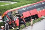Tai nạn liên hoàn, xe khách lao xuống ruộng