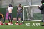 Video: Cầu thủ Arsenal thi cởi quần áo nhanh