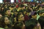 Biển người nhảy múa ở phố đi bộ Nguyễn Huệ tối 30/4