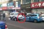 Phụ nữ vi phạm hùng hổ húc xe, ném đá vào xe cảnh sát