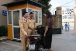 CSGT 'nhặt' được xe SH bị 'bỏ quên' giữa Thủ Đô