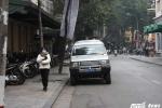 Cuộc chiến chống 'cướp' vỉa hè: Công an vừa đi, xe biển xanh đến đậu