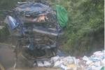 Xe chở cám đâm vào vách núi, 3 người thương vong