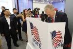 Công dân Mỹ ở Việt Nam bỏ phiếu bầu cử tổng thống tại Hà Nội