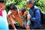 Mẹ gào khóc thảm thương tại nơi bé trai bị nước cuốn mất tích