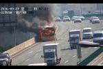 Video: Cảnh sát Trung Quốc giải cứu hàng chục học sinh khỏi xe buýt đang cháy