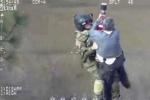 Clip: Vệ binh quốc gia Mỹ đu dây từ trực thăng, giải cứu cụ ông trong biển lũ