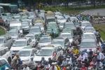 Hàng ngàn phương tiện 'chôn chân' ở cửa ngõ sân bay Tân Sơn Nhất