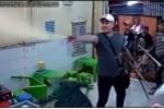 Video: Nhóm giang hồ xăm trổ đập phá, xịt hơi cay quán kem nổi tiếng ở Sài Gòn