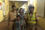 CSGT Hà Nội giúp cháu bé và cụ bà đi lạc ở phố đi bộ tìm người thân