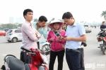 Bán kết AFF Cup 2016: Phe vé bủa vây, kéo cả gia đình xếp hàng mua vé Việt Nam vs Indonesia