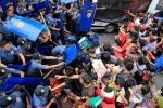 Ảnh: Cảnh sát Philippines đụng độ người biểu tình bên ngoài Đại sứ quán Mỹ ở Manila