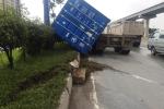 Thót tim thùng container rơi xuống đường sau khi tông văng dải phân cách