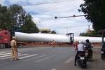 Video: Xe đầu kéo chở vật thể lạ dài 100m diễu phố khiến người dân xôn xao