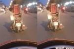 Hãi hùng clip bé trai vắt vẻo đánh đu bên xe máy trên đường Hà Nội