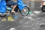 Đường Sài Gòn ngập rác, dòng nước đen ngòm sau mưa