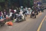 Xe tải đâm vào vách núi khiến 2 người chết, dân lao vào hôi của