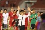 Quyền chủ tịch CLB Công Vinh dẫn đội bóng chạy quanh sân cám ơn khán giả