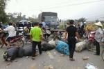 Dân mang phế liệu chặn quốc lộ phản đối đốt rác