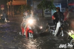 TP.HCM lại mưa lớn, đường tiếp tục biến thành sông