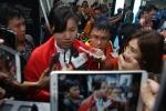 Video: Ánh Viên bị truyền thông vây chặt sau khi phá kỷ lục SEA Games