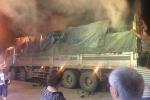 Xe chở than bốc cháy ngùn ngụt giữa đường