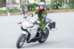 Gặp nữ sinh cảnh sát xinh đẹp lái mô tô phân khối lớn khiến bao chàng trai nể phục