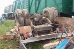 Xe tải băng qua đường ray bị tàu hỏa tông trúng, 1 người chết